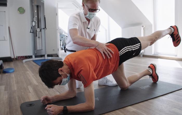 Dr. Jens Enneper zeigt Übung zur Rückenstärkung