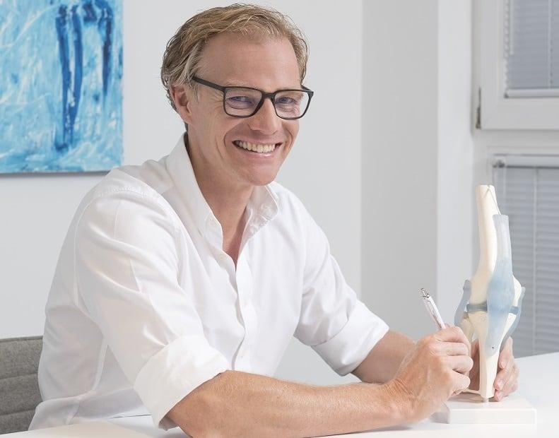 Orthopädie und Sport - Dr. Jens Enneper in seinem Sprechzimmer