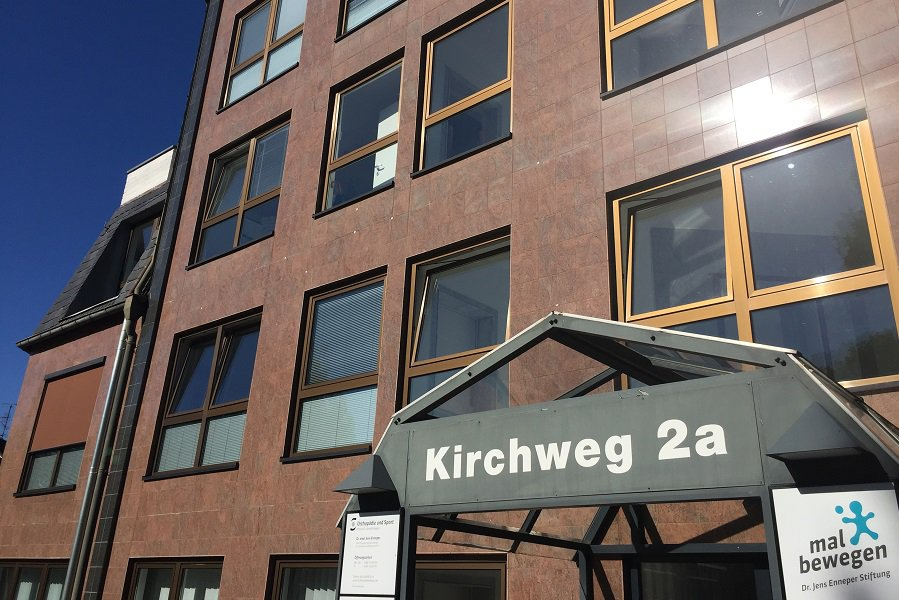 Orthopädie und Sport Hauseingang am Kirchweg 2a in Köln Junkersdorf